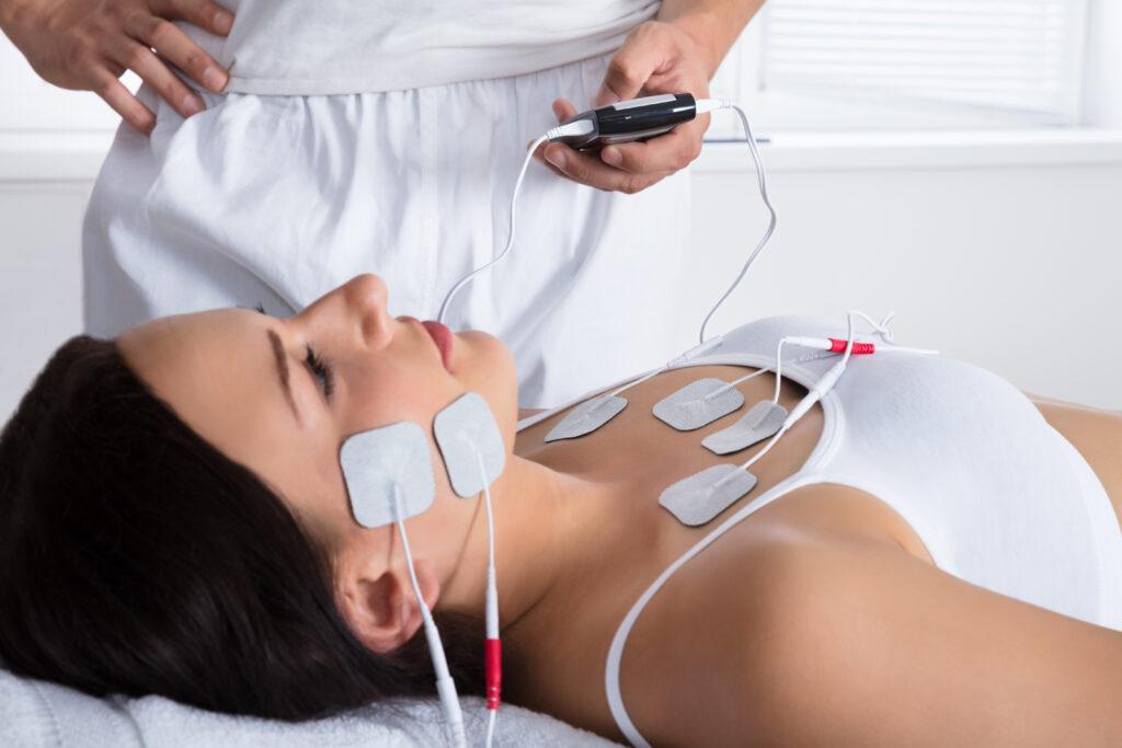 Physio Hassenpflug bei der Anwendung der Elektrotherapie in Viersen