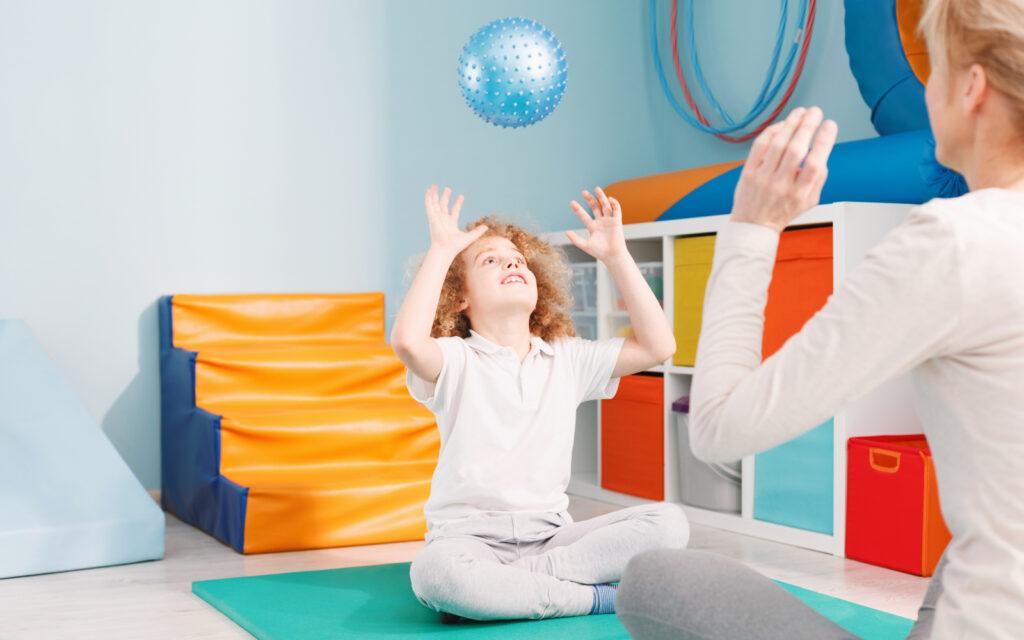 Physio Hassenpflug bei der Anwendung der Bobath-Therapie für Kinder in Viersen